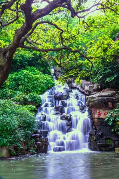 Beautiful natural waterfall Free Photo By evening_tao / Freepik