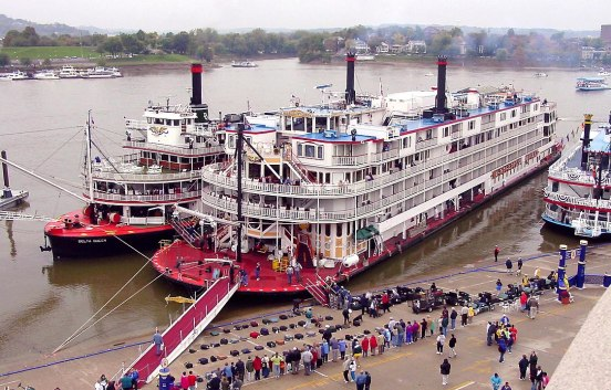 Mississippi Queen (center), with the Delta Queen along her starboard side. 2003 Wikipedia